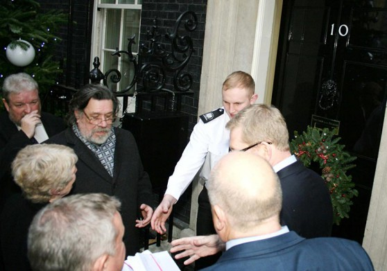 Ricky Tomlinson hands over the petition at the door of Number 10.